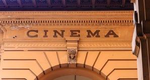Tecken för gammal bio på stenbåge i Florence Arkivfoton