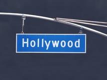 Tecken för gata för Hollywood Blvd över huvudet med mörk stormhimmel arkivfoto
