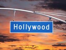 Tecken för gata för Hollywood Blvd över huvudet med solnedgånghimmel arkivfoto