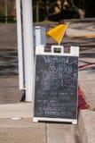 Tecken för gata för typ för smörgåsbräde som annonserar paddla och en uthyrnings- affär för kajak arkivbilder