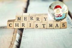 Tecken för glad jul som göras av träbokstäver Royaltyfria Foton