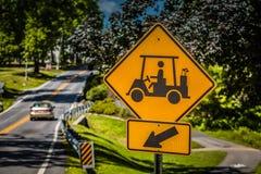 Tecken för golfvagn korsning Arkivfoto