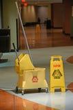 Tecken för golvmopp med försiktighet Fotografering för Bildbyråer