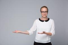 Tecken för hand för visning för affärskvinna att sid Arkivfoton