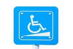 Tecken för handikappparkeringstrafik på vit bakgrund Snabb bana Arkivbilder