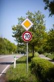 tecken för 70 hastighet på sidan av en väg Royaltyfri Fotografi