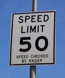 Tecken för hastighetsbegränsning 50 Arkivbild