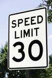 Tecken för hastighetsbegränsning 30 Arkivfoto