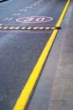 Tecken för hastighetsgräns som målas på en väg Arkivfoto