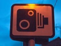 Tecken för hastighetskameravarning utanför på natten Royaltyfri Bild