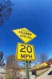 Tecken för hastighetsknöl framåt Arkivfoto