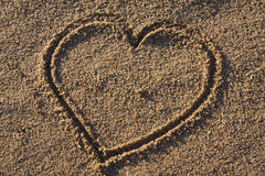 tecken för hjärtaförälskelsesand Arkivbild