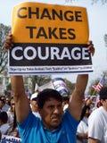 tecken för holdingmanprotest royaltyfri fotografi