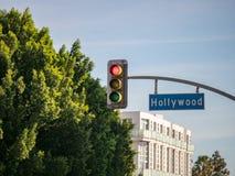 Tecken för Hollywood Blvdgata på trafikljus på genomskärningen på Los Angeles arkivbilder