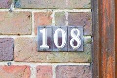 Tecken för husnummer 108 Arkivfoton