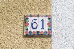 Tecken för husnummer 61 Arkivfoto