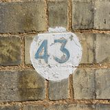 Tecken för husnummer 43 på väggen Royaltyfri Fotografi