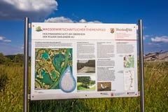 Tecken för information om flodförsvar, Daxlander Au Arkivfoton