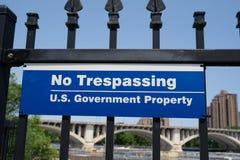 Tecken för inget inkräkta - USA-regeringegenskap längs den Mississippi riverfronten i i stadens centrum Minneapolis arkivfoto