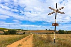 tecken för järnväg för crossingfält Arkivfoto