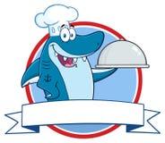 Tecken för kockBlue Shark Cartoon maskot som rymmer ett uppläggningsfat över ett bandbaner royaltyfri illustrationer