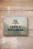 Tecken för kontor för notarius publicu för Notaire kontor som notarie- ses från gatan Arkivfoton