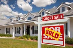 tecken för kortslutning för försäljning för godshus sålt verkligt höger Arkivbild