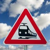 Tecken för Level crossing - drevtrafik Royaltyfria Bilder