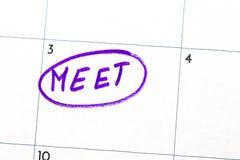tecken för `-möte` som är skriftligt med en markör på kalendern Royaltyfria Bilder