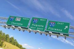 Tecken för mellanstatlig huvudväg till Florence och Augusta Georgia på genomskärningen av mellanstatliga 20 och 77 i sydost av US Arkivbild