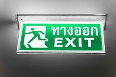 Tecken för nöd- utgång med thailändskt alfabet Royaltyfria Bilder