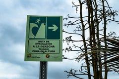Tecken för nöd- utgång och evakueringspå en Stillahavs- kust av Ecuador royaltyfri bild