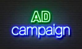 Tecken för neon för annonsaktion på bakgrund för tegelstenvägg royaltyfri bild