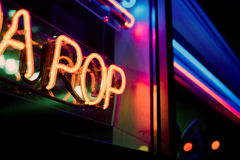 Tecken för neon för sodavattenpop arkivbilder