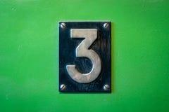 Tecken för nummer 3 - nummer tre belägger med metall tecknet på grön bakgrund Royaltyfri Foto