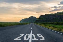 Tecken för nytt år, nummer 2019 på huvudvägen fotografering för bildbyråer