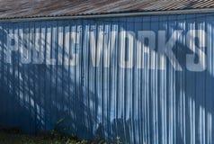 Tecken för offentliga arbeten på byggnad Arkivbild