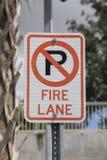 Tecken för parkering för brandgränd arkivfoto