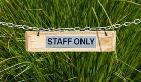 Tecken för personal endast Royaltyfri Foto