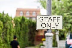Tecken för personal endast Royaltyfri Bild