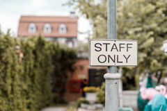 Tecken för personal endast Arkivbild