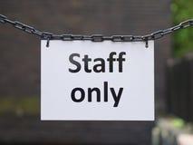 Tecken för personal som endast hänger från metallkedjor royaltyfria foton