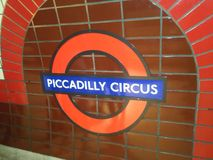 Tecken för Piccadilly cirkusstation, London royaltyfri bild