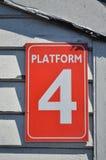 Tecken för plattform fyra Arkivfoton