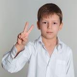Tecken för pojkedanandeseger Royaltyfria Bilder