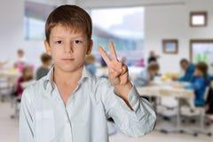 Tecken för pojkedanandeseger Arkivbild