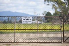 Tecken för privat egenskap på den utomhus- porten royaltyfri fotografi