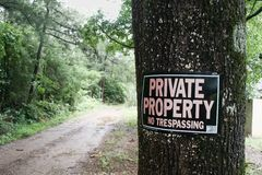 Tecken för privat egenskap på träd Arkivfoto
