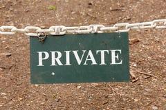 Tecken för privat egenskap som hänger på en kedja arkivbilder