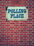 Tecken för röstningställe på väggen Royaltyfri Fotografi